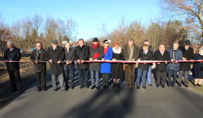 Ilustracja do informacji: Uroczyste otwarcie przebudowanej drogi powiatowej w Sieniawie Żarskiej