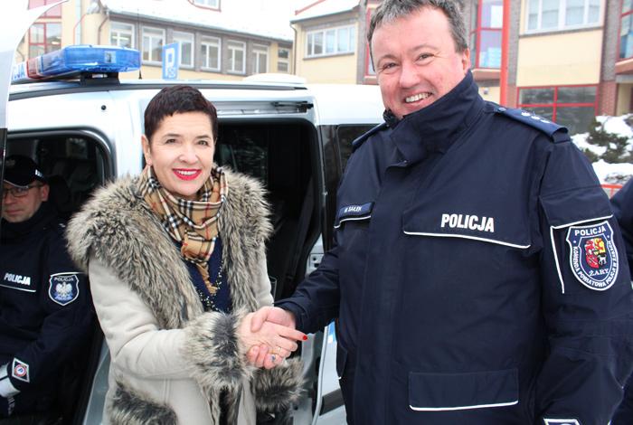Ilustracja do informacji: Uroczyste przekazanie samochodów na potrzeby Policji w Powiecie Żarskim