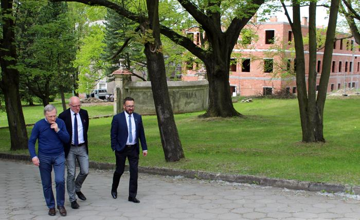 Ilustracja do informacji: Wizyta Starosty Janusza Dudojcia i Posła na Sejm RP Jacka Kurzępy w powiatowym Szpitalu Na Wyspie