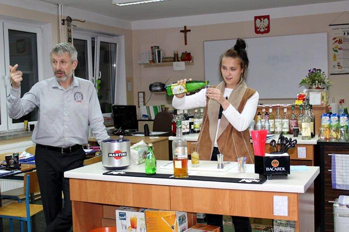 Ilustracja do informacji: Kurs barmana dla młodzieży z klas gastronomicznych