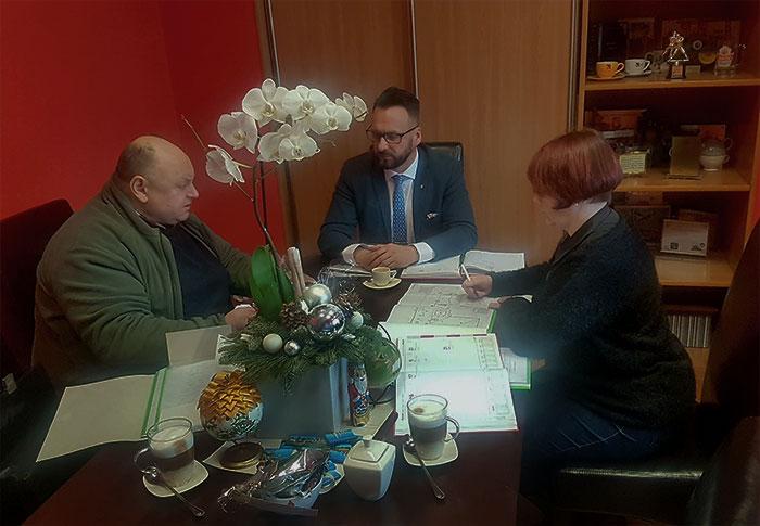 Ilustracja do informacji: Spotkanie robocze Starosty Janusza Dudojcia ws. remontu pokrycia dachu Domu Pomocy Społecznej w Lubsku