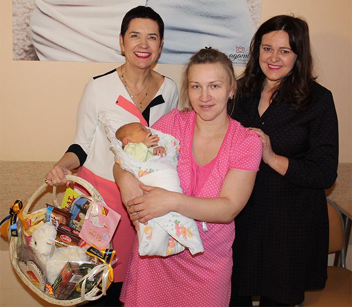Ilustracja do informacji: Wicestarosta Małgorzata Issel przywitała pierwszego mieszkańca Powiatu Żarskiego urodzonego w 2019 roku