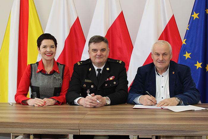 Ilustracja do informacji: Umowa podpisana! Powiat Żarski dofinansuje budowę nowoczesnej strażnicy