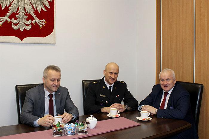 Ilustracja do informacji: Pierwsze spotkanie Władz Powiatu Żarskiego z kpt. Mariuszem Morawskim - pełniącym obowiązki Komendanta Powiatowego PSP w Żarach