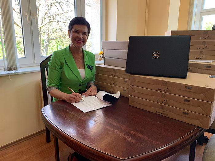 Ilustracja do informacji: Laptopy dla uczniów i nauczycieli placówek oświatowych Powiatu Żarskiego.