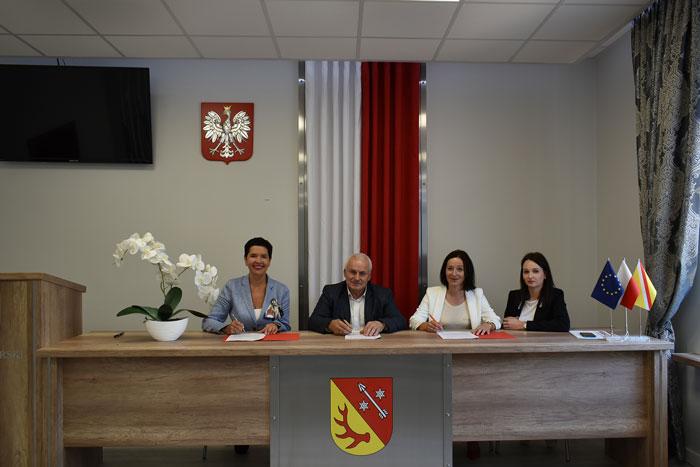 """Ilustracja do informacji: Umowa na """"Termomodernizację budynku Zespołu Szkół Ekonomicznych w Żarach"""" podpisana!"""