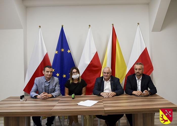 Ilustracja do informacji: Podpisane umowy na roboty budowlane dotyczące powierzchniowego utrwalenia nawierzchni drogowych dróg powiatowych Powiatu Żarskiego.