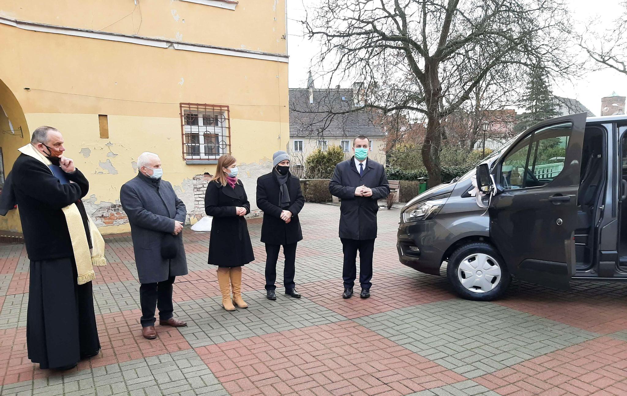 Ilustracja do informacji: Przekazanie nowego samochodu dla Domu Pomocy Społecznej w Lubsku.